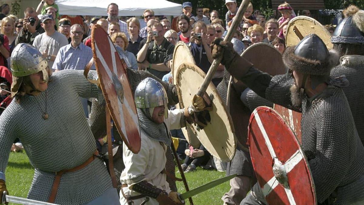 viikinkiasuiset miehet taistelevat