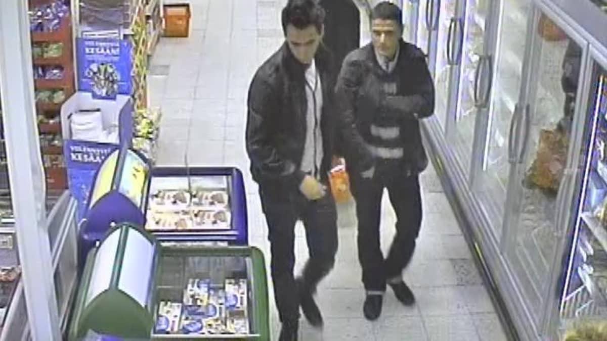 Lompakoita kaupoissa varastaneet miehet turvakameran tallentamana.