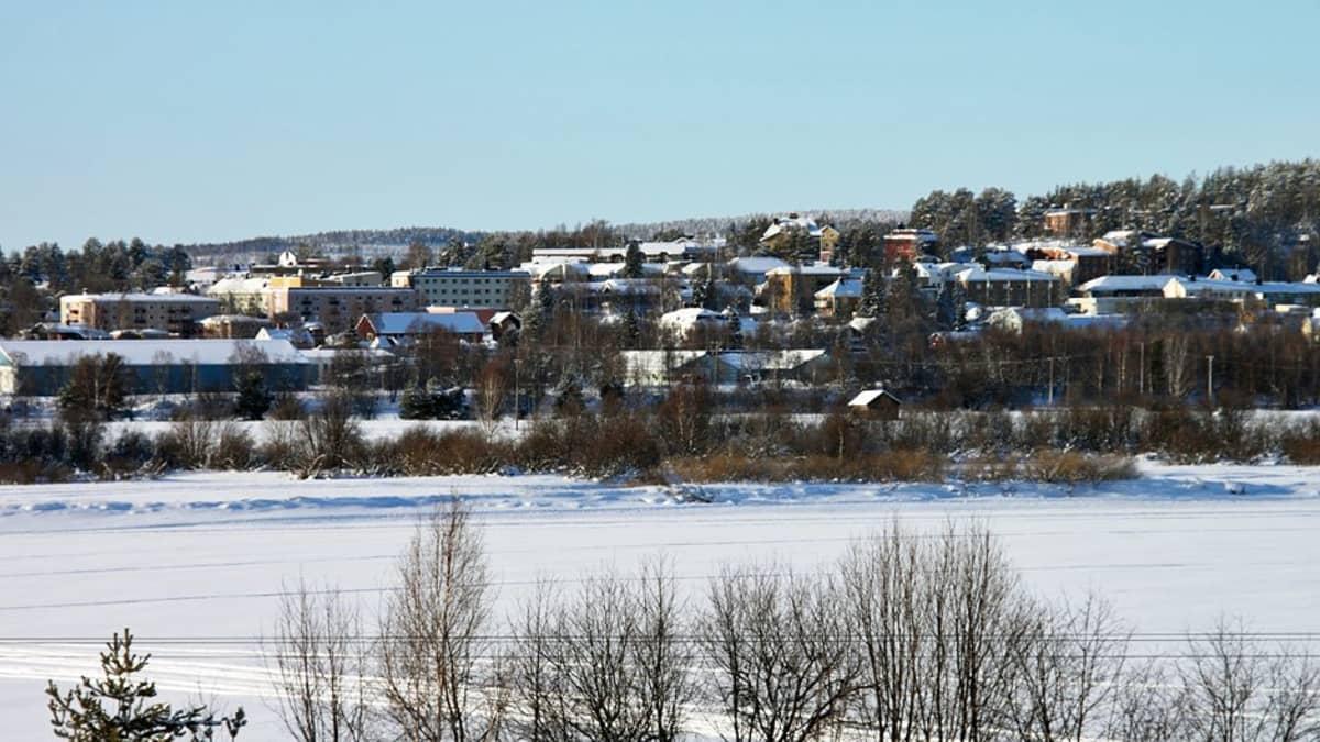 Matarengin kylä Ruotsin Övertorneåssa, edessä Tornionjoki.