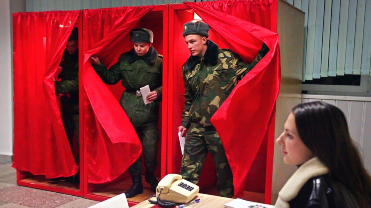 Valkovenäläiset sotilaat ennakkoäänestävät minskiläisellä poliisiasemalla.