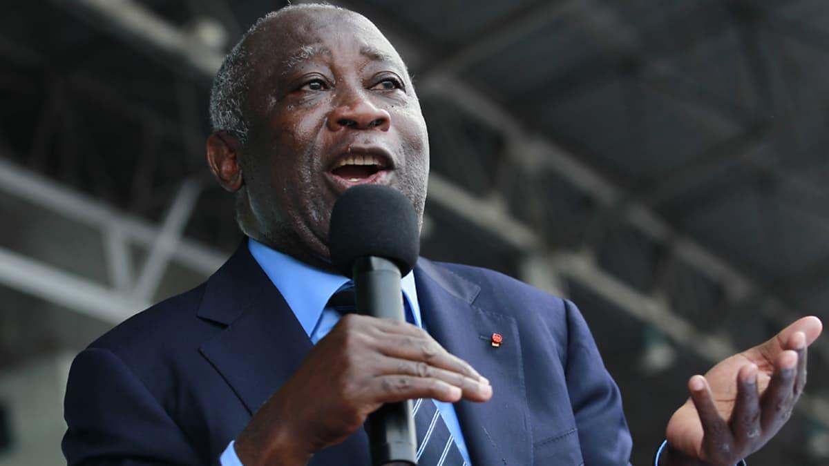 Norsunluurannikon presidentti Laurent Gbagbo pitää puhetta mikrofoni suunsa edessä.