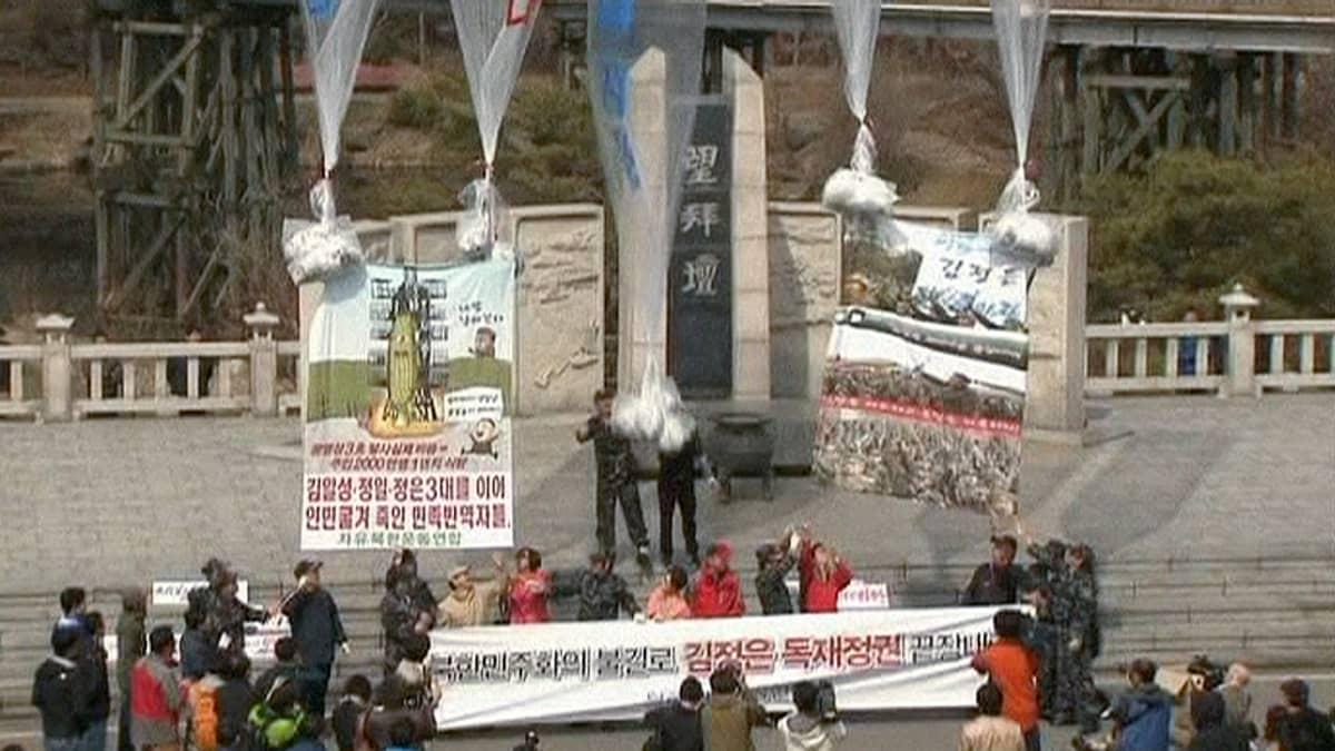 Eteläkorealaisia aktivistit lähettämässä lentolehtisiä kohti Pohjois-Koreaa.