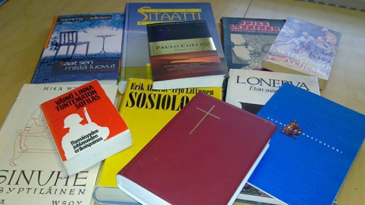 Raamattu, Suomen perustuslaki, Tuntematon sotilas ja muita klassikkoteoksia pöydällä