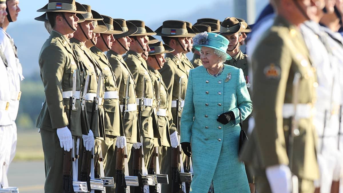 Kuningatar Elisabeth II tarkastaa kunniakomppanian.