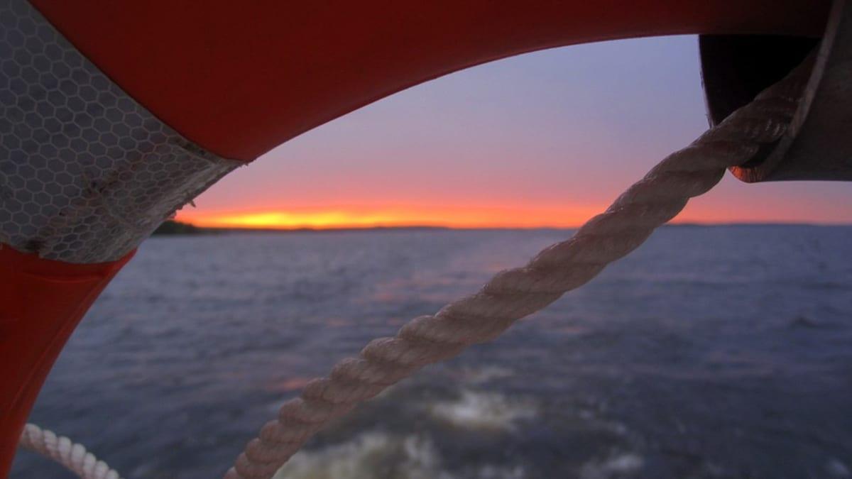 Auringonlasku pelastusrenkaan läpi nähtynä