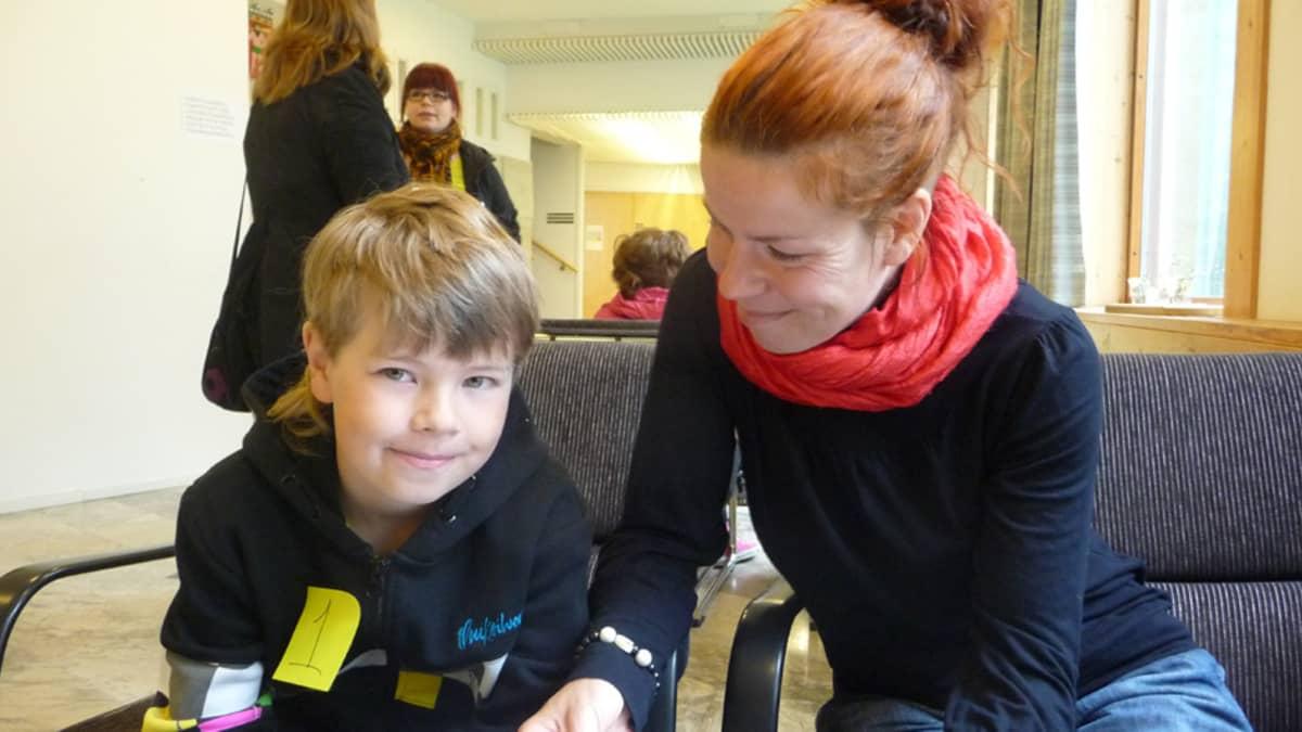 Äiti Mia Hamari katsoo poikaansa Mioa Tumman veden päällä -elokuvan koekuvauksissa Keminmaassa.
