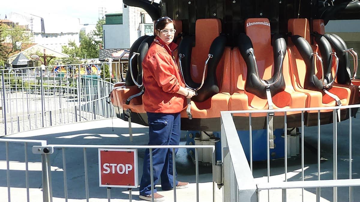 Huvipuiston työntekijä tarkastamassa laitetta.