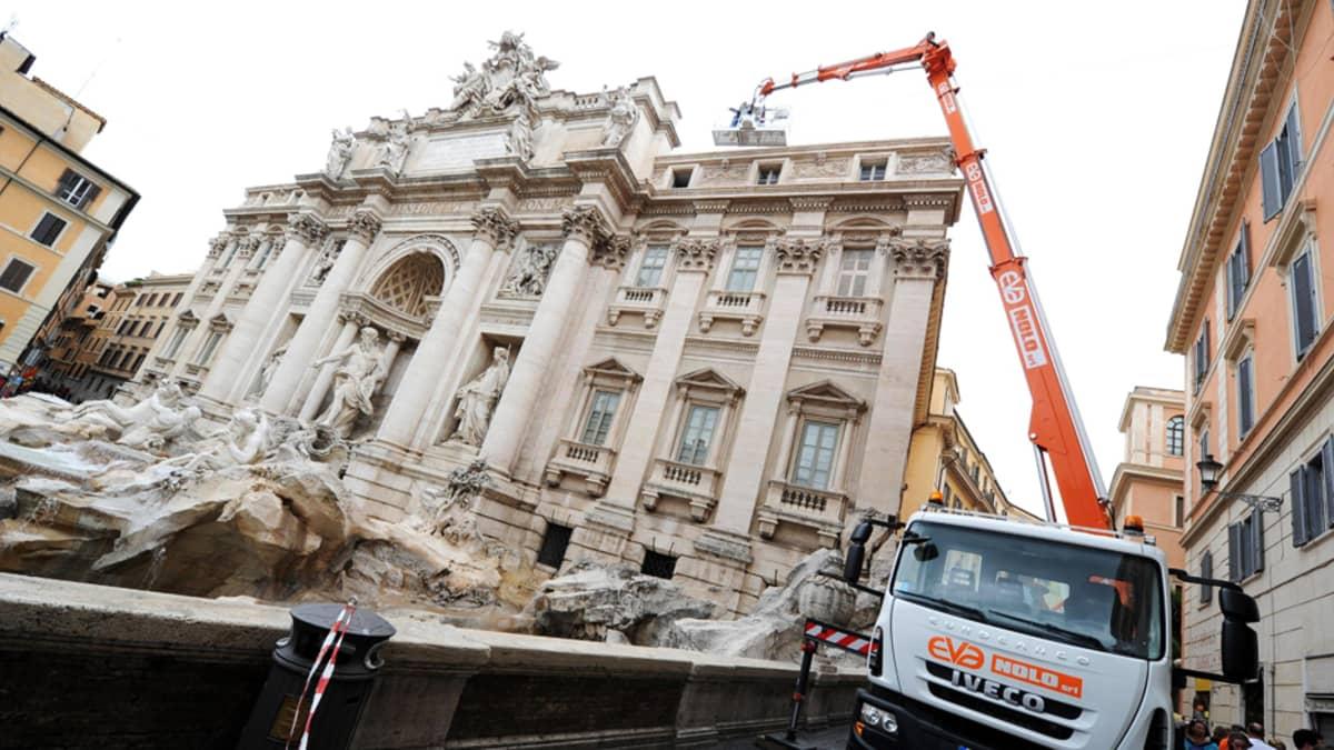 Trevin suihkulähteen huppua kiertävä kaiverrus tutkittiin 11. kesäkuuta siinä ilmenneiden vaurioiden vuoksi.