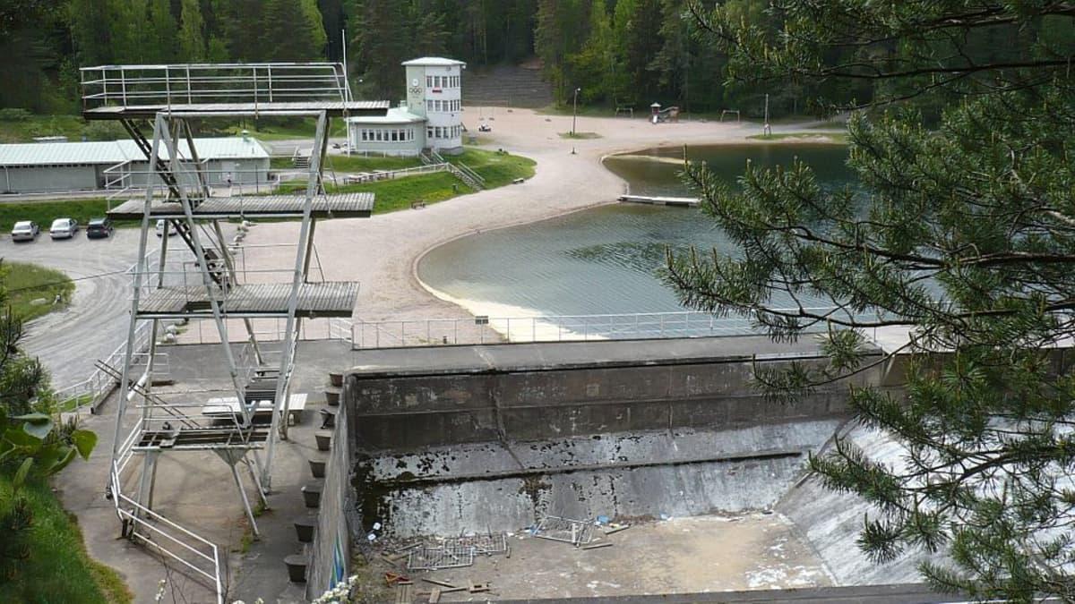 Näkymä Hämeenlinnan Ahveniston maauimalan katsomosta yli urheilukeskuksen.