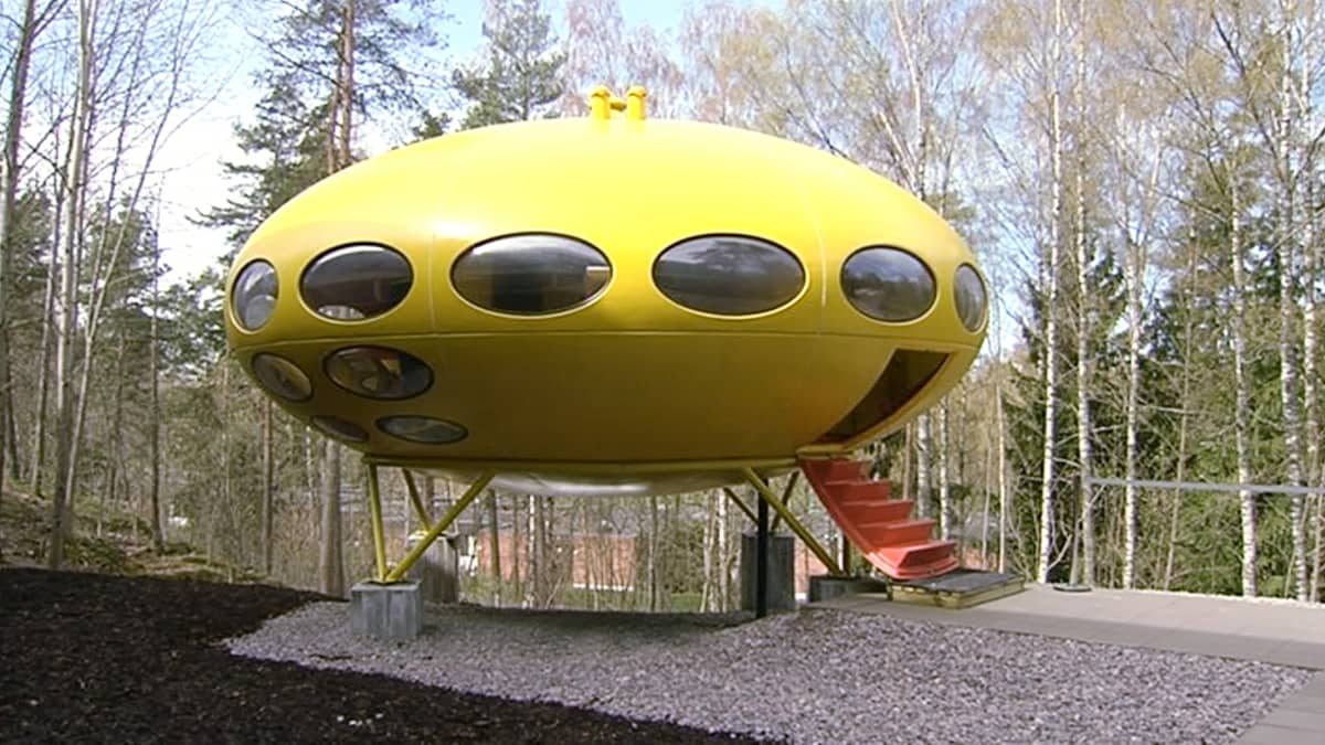 Futuro-talo WeeGee-keskuksen pihalla Espoossa.