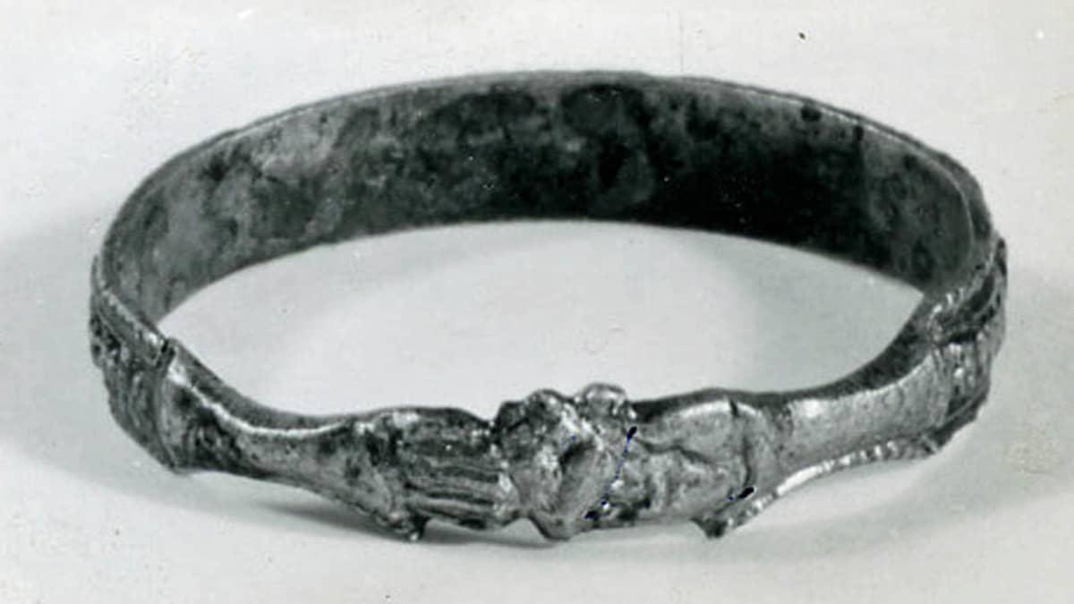 """Hämeen Linnasta varastettu kullattu 1400-luvulta peräisin oleva """"Ystävyys-sormus"""", jossa kaksi kättä pitää sydäntä."""