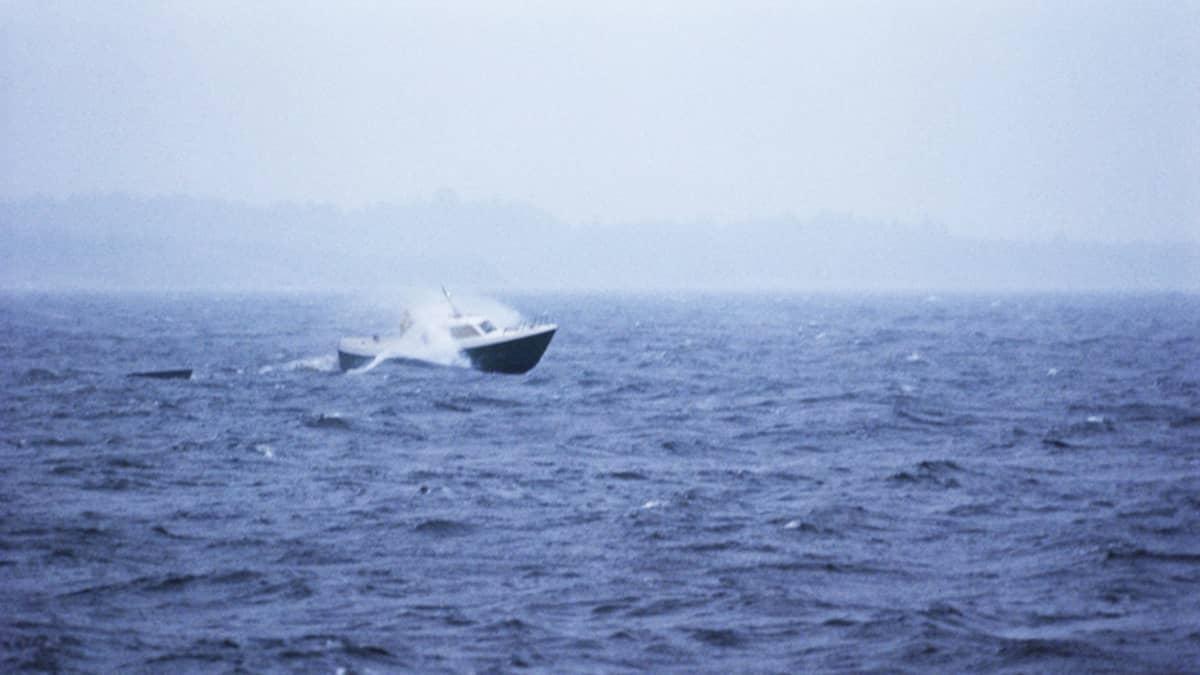 Vene kovassa myräkässä.
