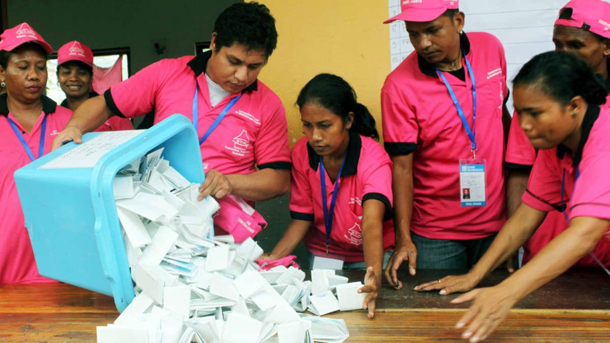 Itä-Timorin vaalityöntekijät tyhjentävät laatikkoa  presidentinvaalien äänestyslipukkeista niiden tarkastusta varten 7. heinäkuuta.