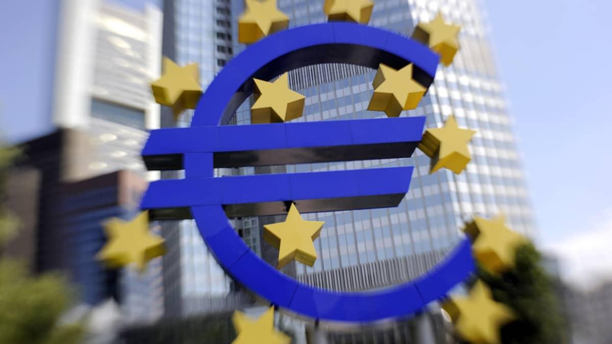 Euron logo Euroopan keskuspankin edessä Frankfurtissa, Saksassa.