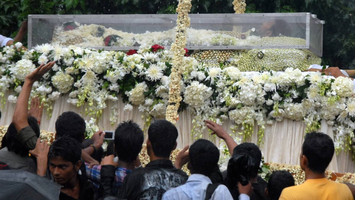 Bollywood tähti Rajesh Khanna lasisessa arkussa.
