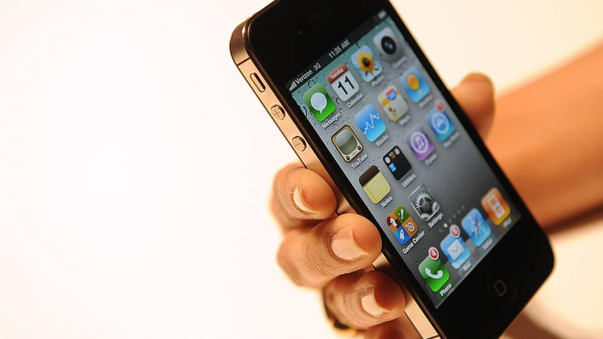 Henkilö pitele iPhonea.