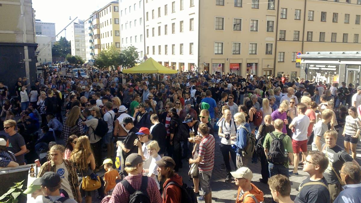Ihmisiä Kallio Block-partyssa.