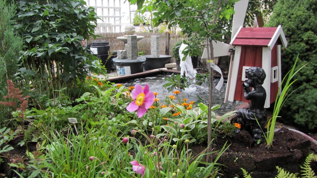 Puutarhassa on suihkulähde ja patsas.