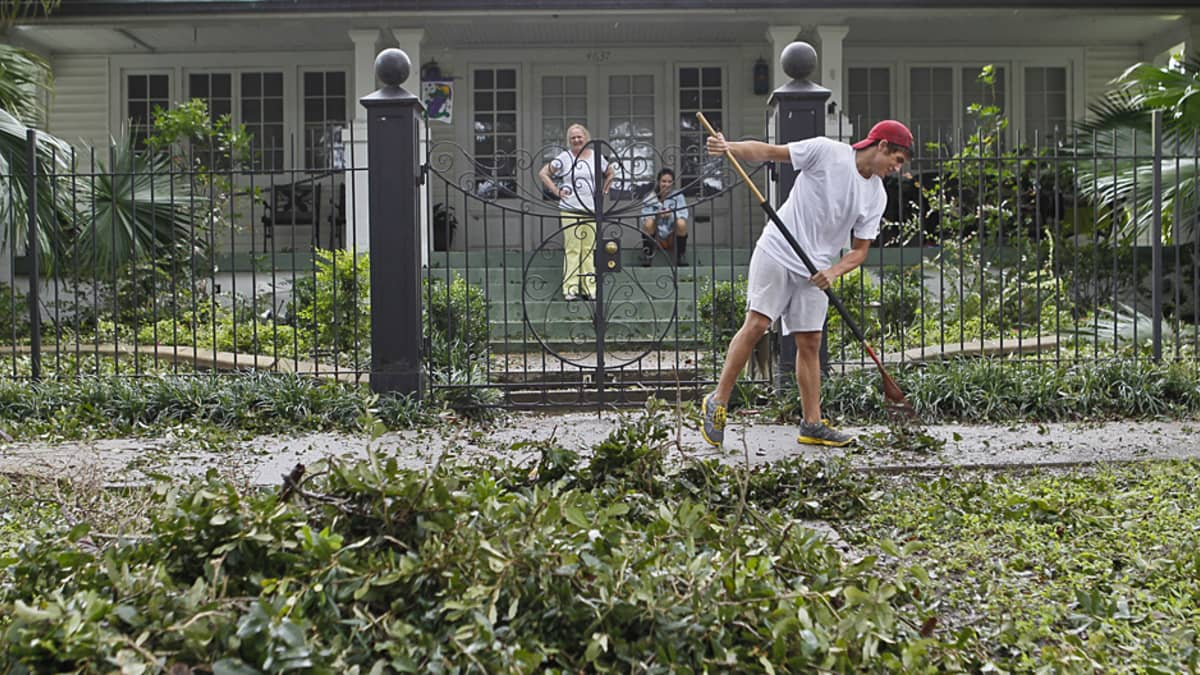 Joey Bonadona haravoi kadultaan myrskyn jälkiä New Orleanssissa 30. elokuuta 2012.