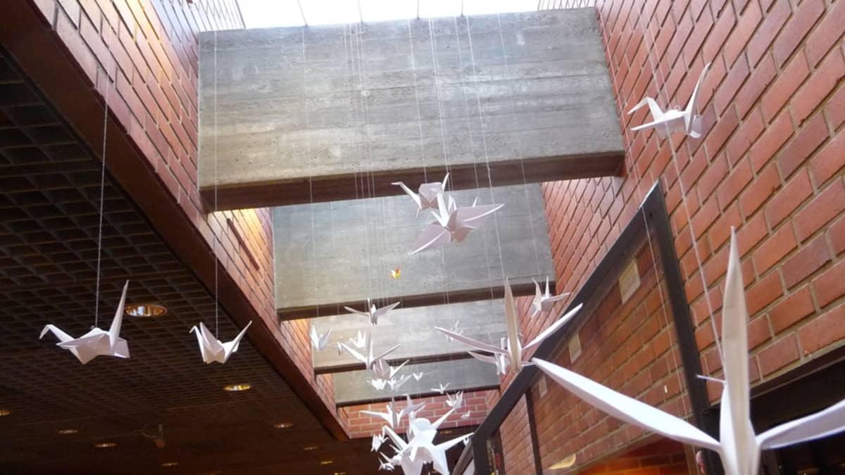 Paperilintuja Kemin kulttuurikeskuksen aulassa