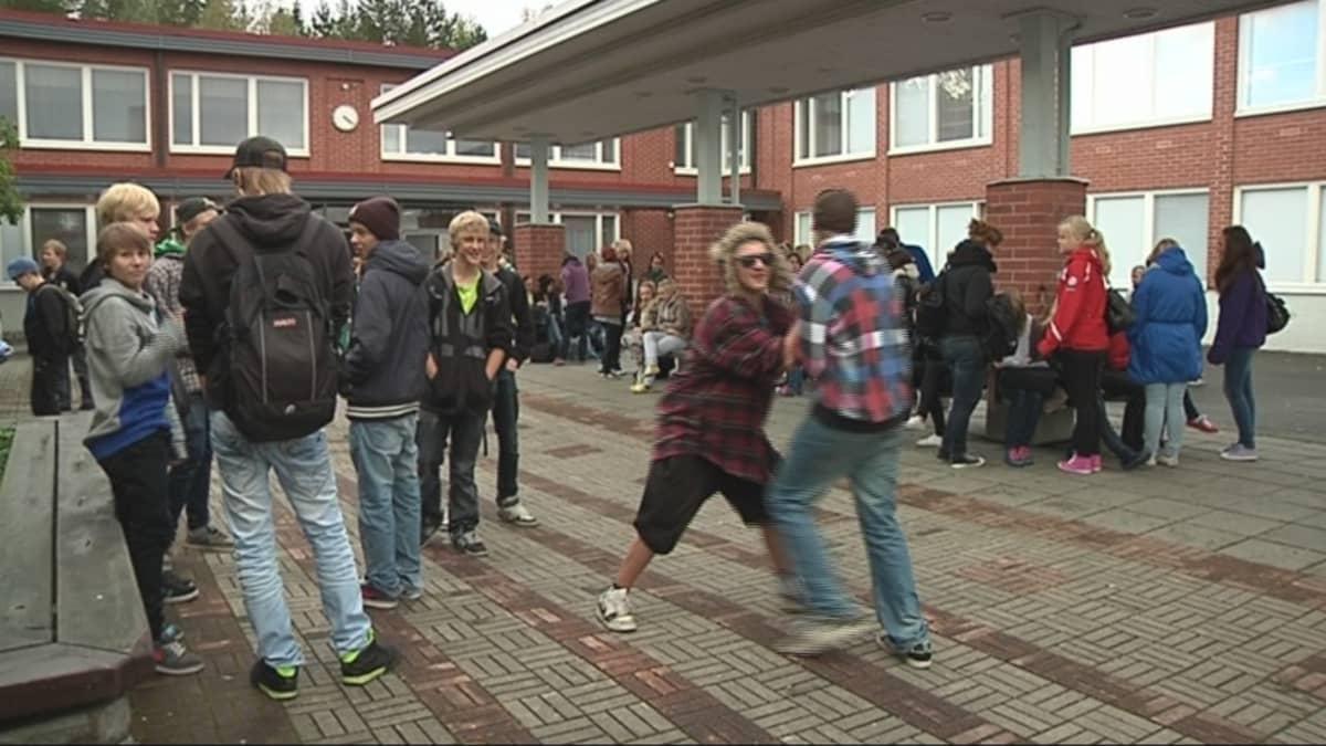 Rantakylän yhtenäiskoulun oppilaita välitunnilla