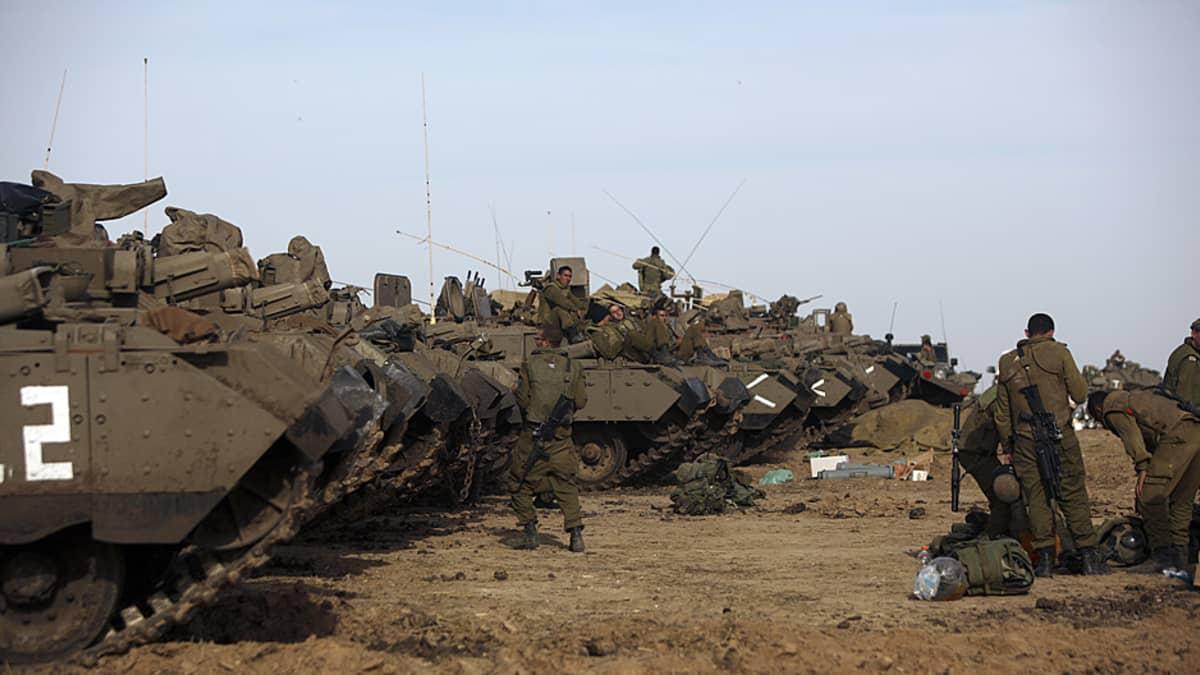 Rivistö panssaroituja ajoneuvoja.