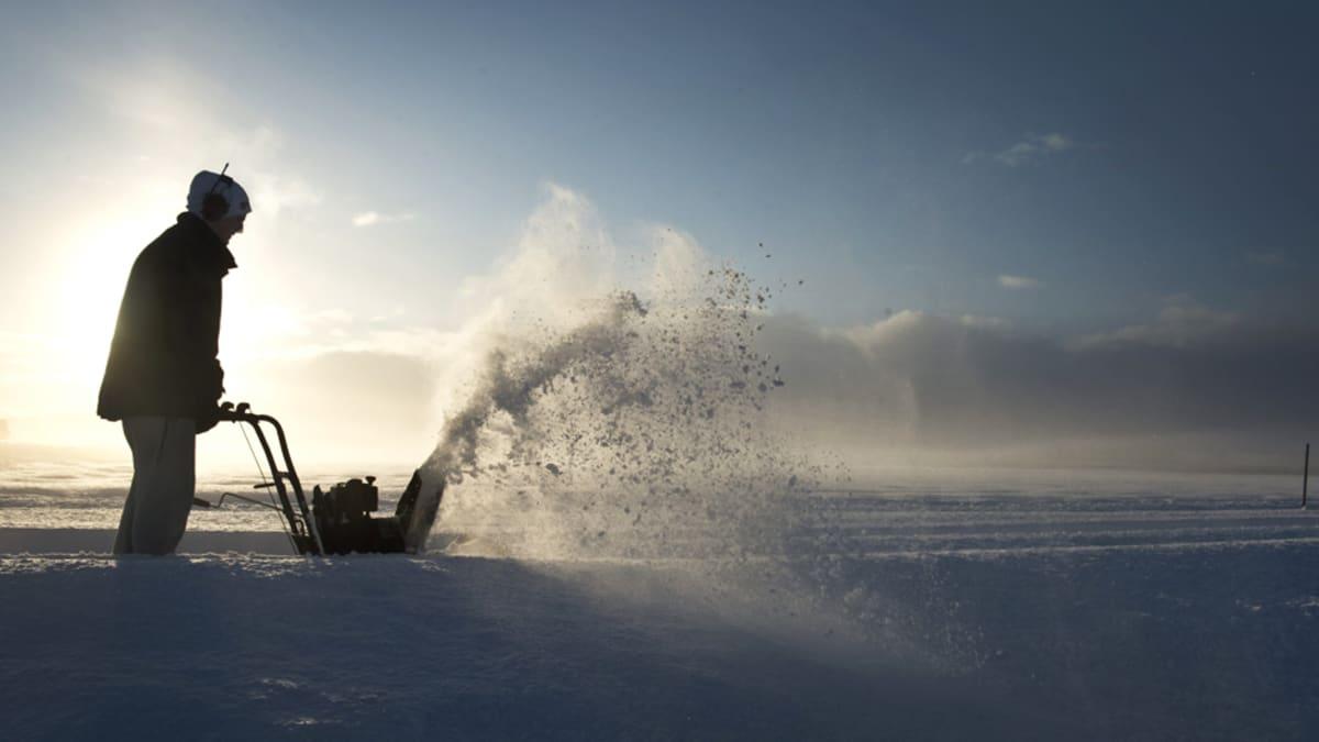Mies aurasi maatilalleen vievää tietä Salebyssa, Lounais-Ruotsissa, 1. joulukuuta.