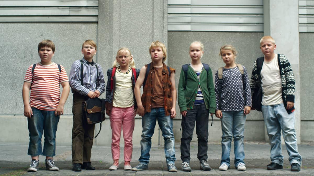 Ella ja kaverit taistelevat uudessa elokuvassa kyläkoulunsa puolesta.