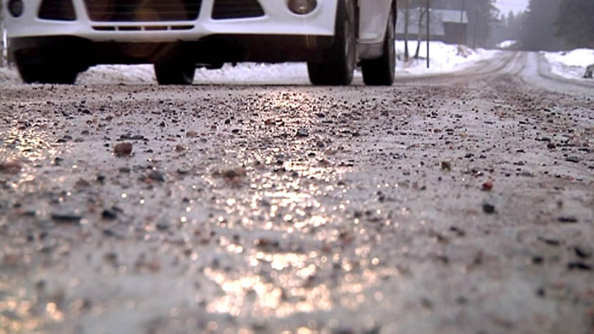 Auto ajaa soratiellä.