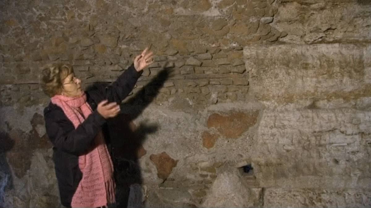 Colosseumin arkeologinen johtaja Rossella Rea esittelemässä Colosseumin seiniltä löytyneitä maalauksia.