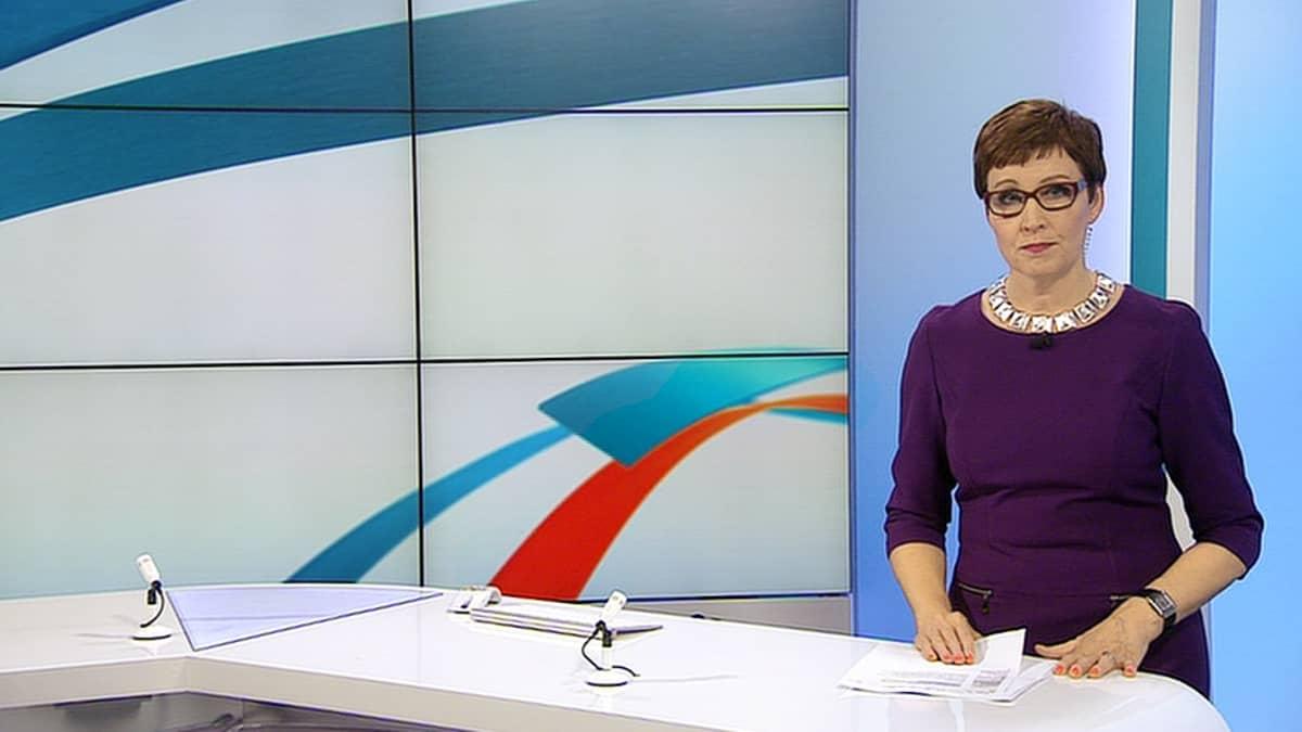 Marjukka Havumäki uutisstudiossa.
