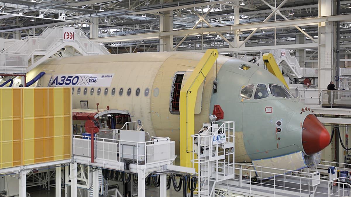 Keskeneräinen Airbus A350-lentokone tehtaalla.