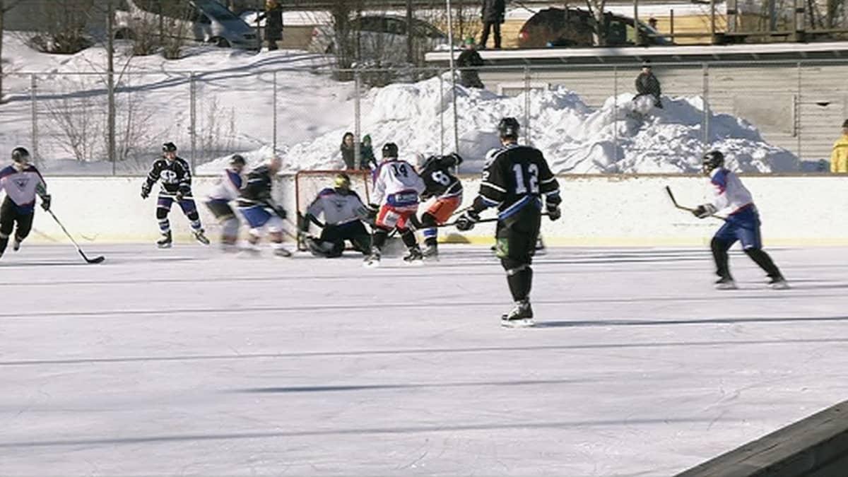 Ilmavoimat ja tamperelaiskiekkoilijat pelaavat jääkiekkoa.