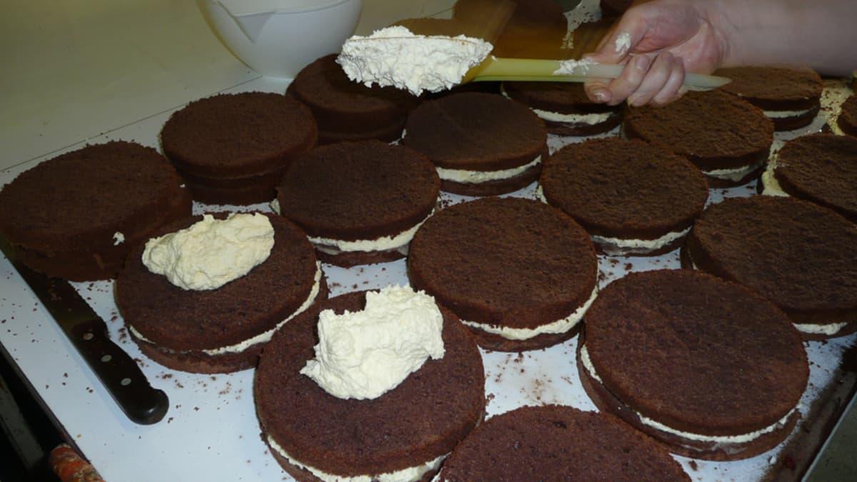 Kakkuja kuorrutetaan kermavaahdolla