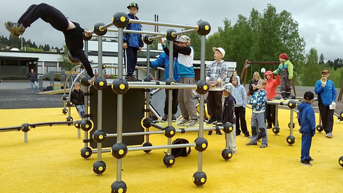 Nuoria parkour-harrastajia harjoitustelineillä.