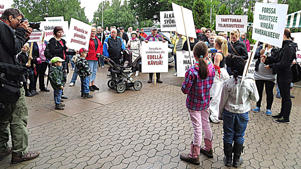 Tukimielenilmaukseen uuden koulun puolesta osallistui paljon ihmisiä.