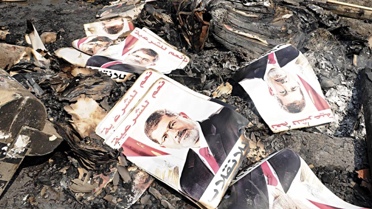 Palaneita Mohamad Mursi -julisteita
