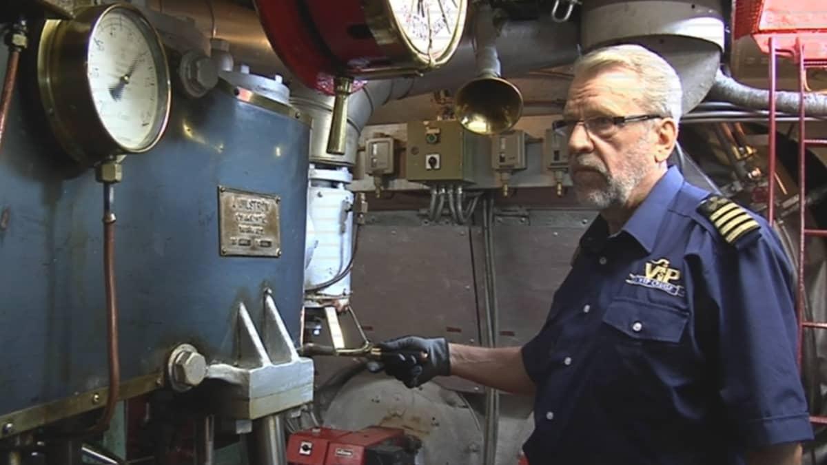 Konemestari Sakari Raak viihtyy S/S Paul Wahlin konehuoneessa.