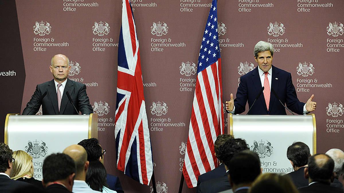 Iso-Britannian ja Yhdysvaltojen ulkoministerit William Hague ja John Kerry puhuvat lehdistölle.