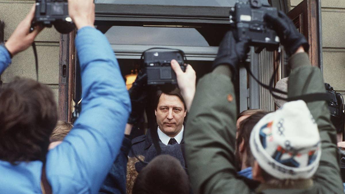 Kansanedustaja Kauko Juhantalo kuvaajien ympäröimänä tulossa presidentinlinnasta vuoden 1987 hallitusneuvotteluiden aikana.