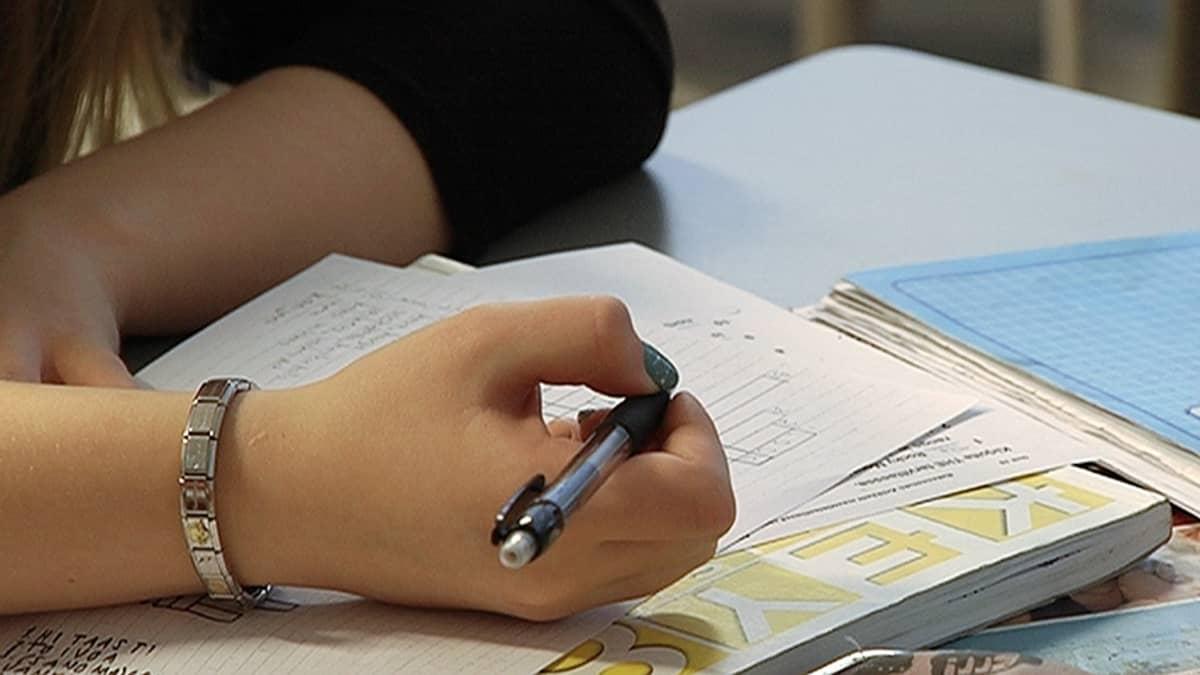 Oppilas tekemässä tehtäviä koulussa.