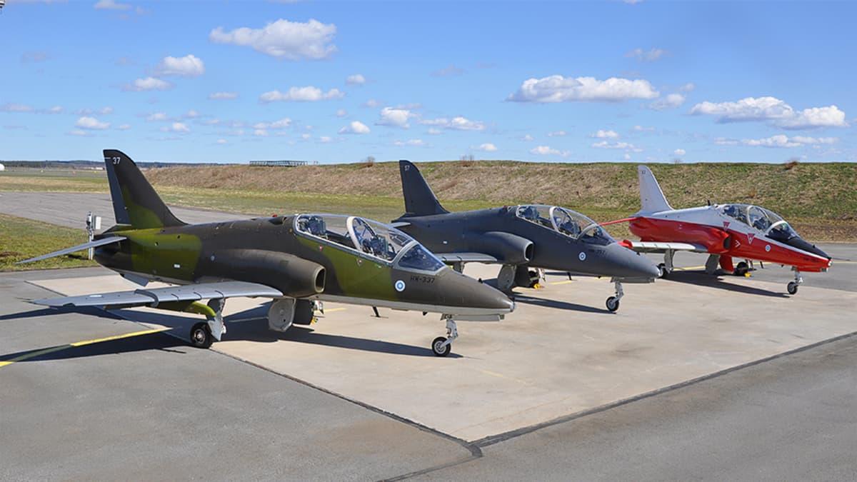 Hawk Mk51, 51Aja Mk 66 -harjoitussuihkuhävittäjät kentällä.