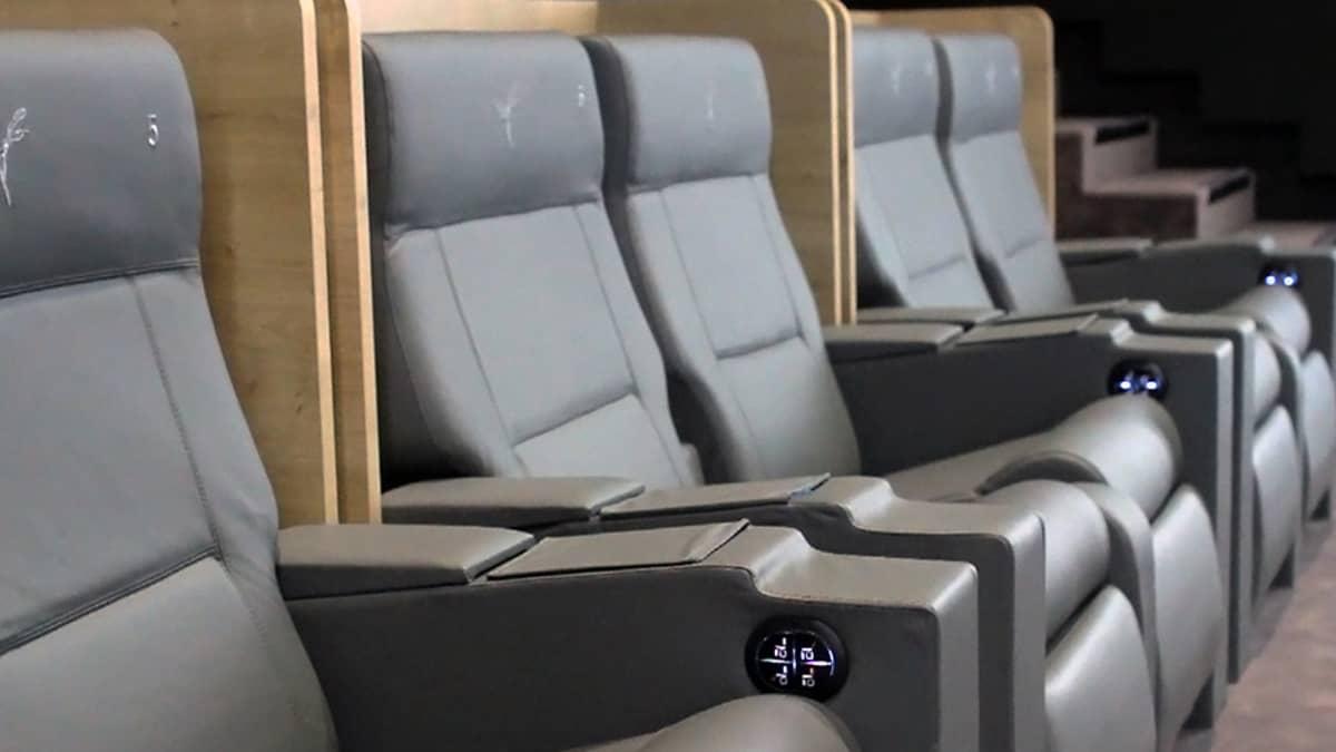 Luc Bessonin Europacorp Aeroville -elokuvateatterin istuimia.