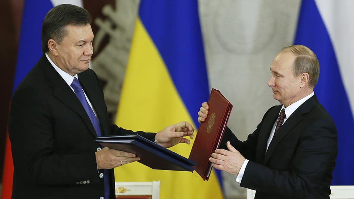 Ukrainan presidentti Viktor Janukovitsh ja Venäjän presidentti Vladimir Putin allekirjoittivat maiden välisen yhteistyösopimuksen Moskovassa 17. joulukuuta.