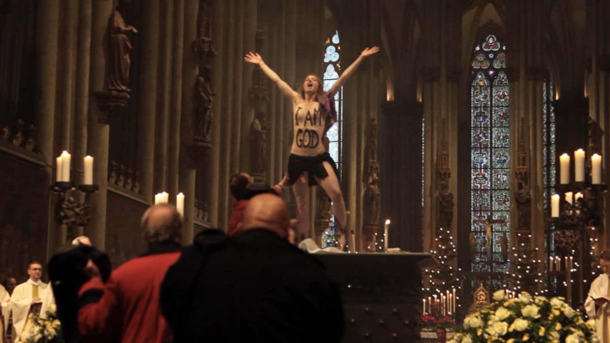 Femen-ryhmän aktivisti keskeytti joulumessun Kölnin tuomiokirkossa.