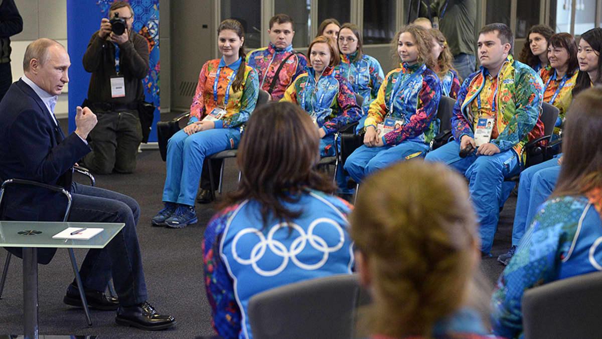 Venäjän presidentti Vladimir Putin tapaamassa tulevien olympialaisten vapaaehtoistyöntekijöitä.
