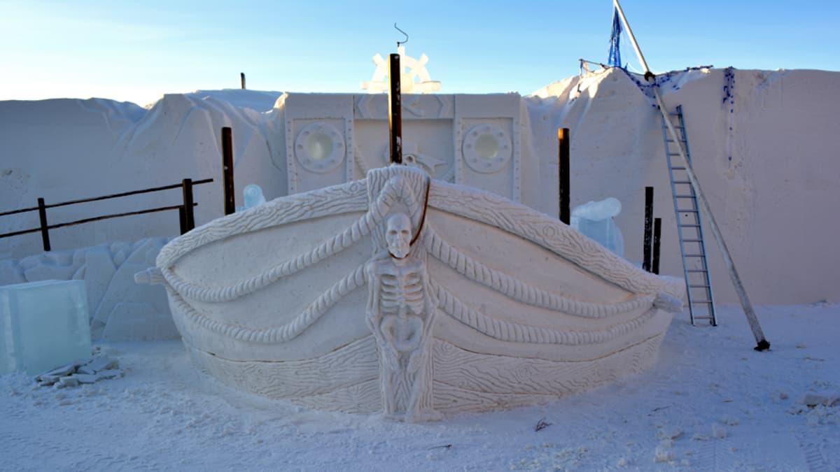 Vuoden 2014 Lumilinnan esiintymislava esittää merirosvolaivaa.