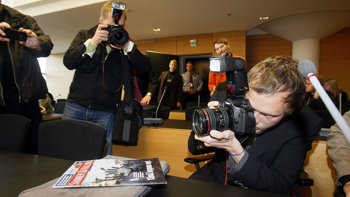 Suomen Kuvalehden valokuvaaja Markus Pentikäinen kuvaa häntä kuvaavaa mediaa lokakuussa 2007 Helsingin Käräjäoikeudessa, jossa luettiin syytteitä Smash Asem -mielenosoituksen kahinasta.