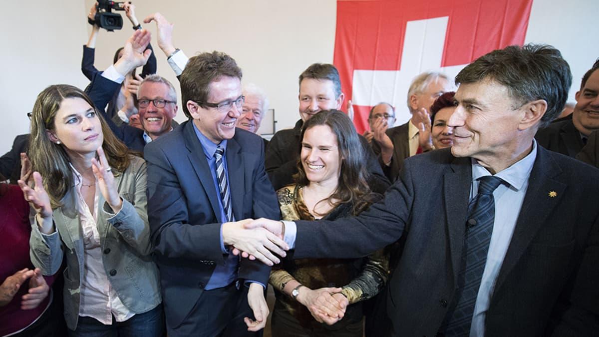 Oikeistolaisen Sveitsin kansanpuolueen johtajat ja poliitikot riemuitsevat Bernissä 9. helmikuuta kansanäänestyksen tuloksen selvittyä.