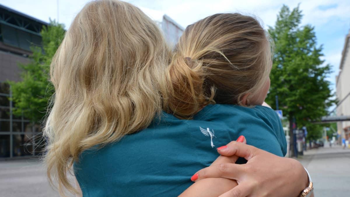 kaksi naista halaa